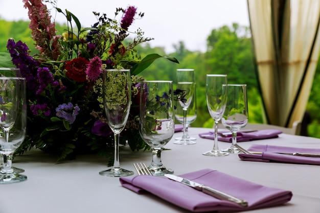 Красиво сервированный столик в ресторане
