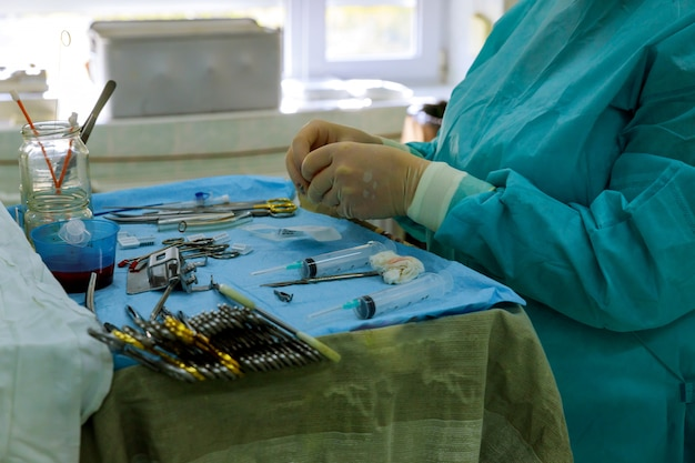 医者とテーブル上の手術ツール