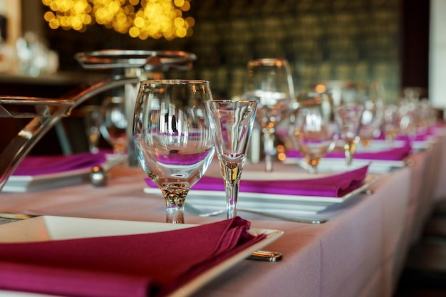 テーブルの上のグラスワイングラスレストランレセプションに役立った
