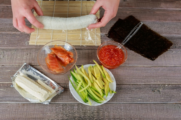 食材を使ったマットをねじる料理人の手のクローズアップ表示