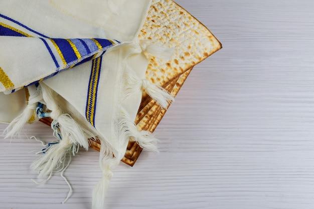 テーブルの上の皿にセダーとユダヤ人の休日過越祭マッツォをクローズアップ