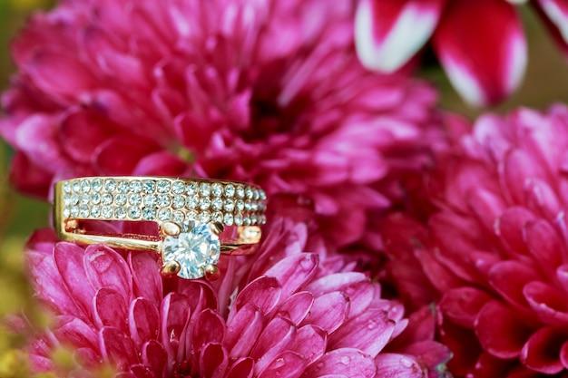 Обручальные кольца на букет розовых цветов