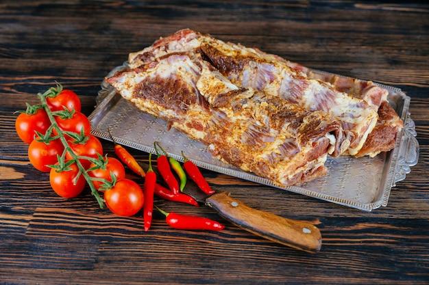 スパイスと野菜の生の肋骨。