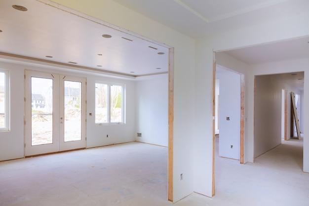 未完成の住宅の内装工事のインテリア