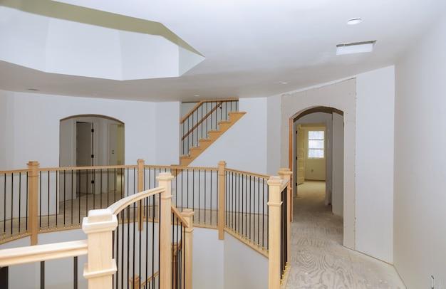 木の手すりが付いている汚れが付いている新しい住宅建設の染色