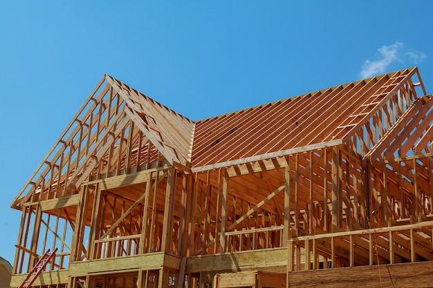 Деревянный каркас нового строящегося жилого дома.
