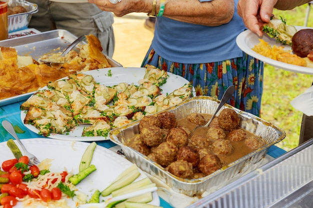 Местные кулинарные блюда продаются на уличном рынке