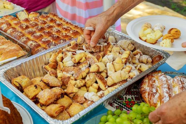 お菓子とカラフルなテーブル