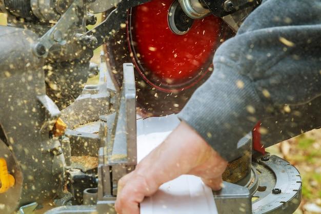 男、丸鋸、木材切断機。