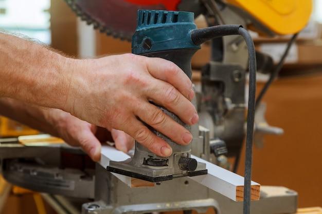 電気ルーターを使って縞模様を減らす労働者