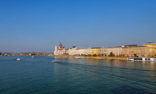 ドナウ川のハンガリー国会議事堂とマーガレット橋と夕暮れ時にブダペスト