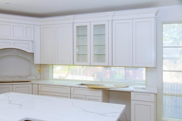 新しい台所に設置されたホームセンターキッチン改造ビュー