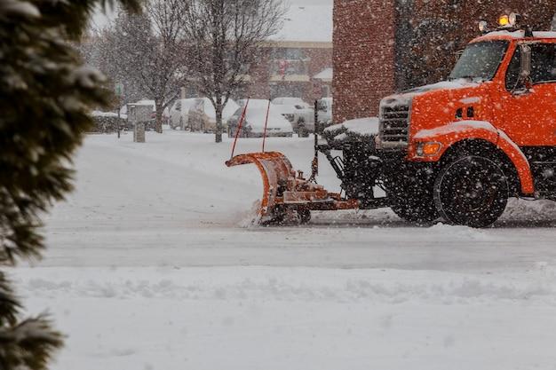 最初の吹雪の後ブルックリンの通りを清掃する衛生トラックが見られる