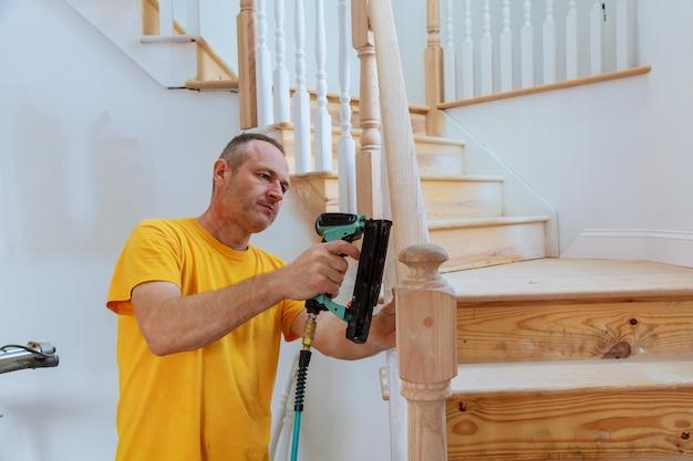 Мастер установки деревянных перил для лестниц