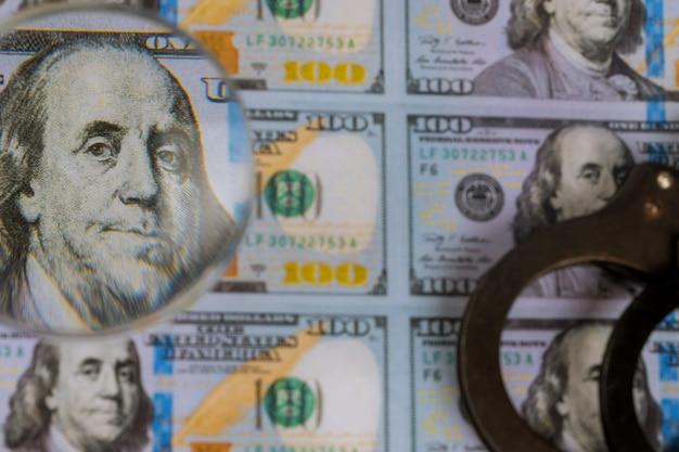 印刷された米ドル紙幣、虫眼鏡の偽造通貨通貨偽造