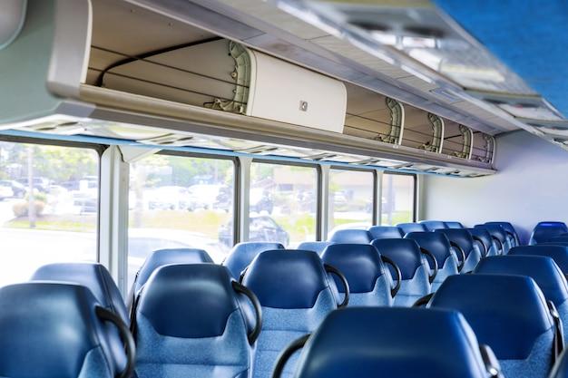 空のバスのインテリア、無人輸送、観光、旅行、ロードトリップは乗客の準備ができて