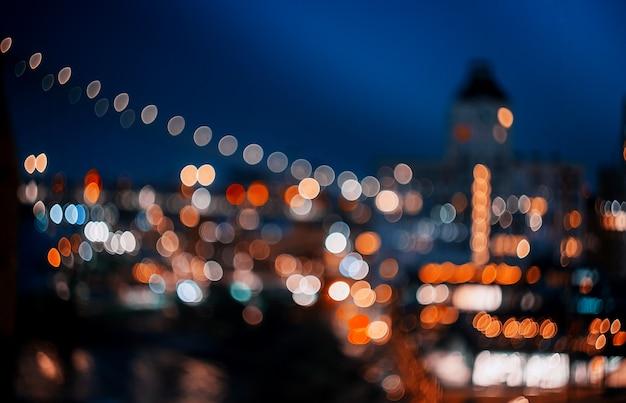 ニューヨークマンハッタンのダウンタウンの夜のスカイラインで抽象的なボケシティライト