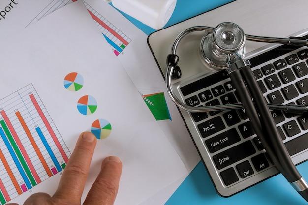 キーボードの丸薬が付いている医者の机の聴診器。上面図
