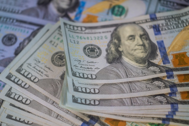 百ドルのアメリカのドルたくさんのお金