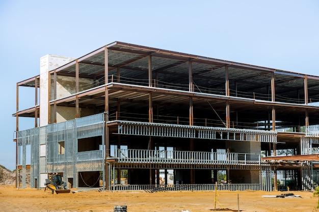 鉄骨梁で建設中のビル