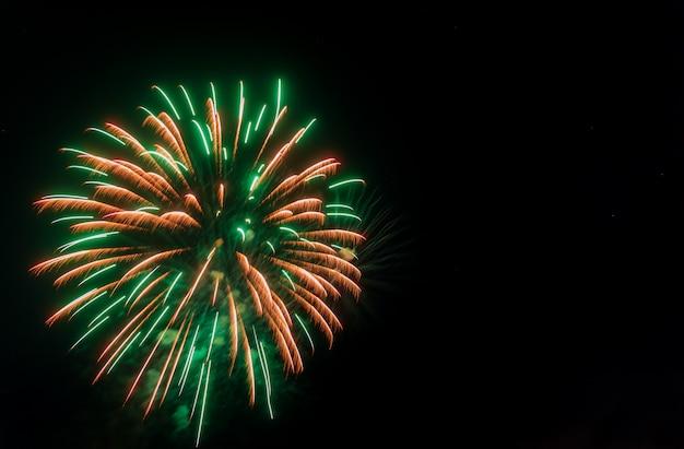 Красочный фейерверк с копией пространства для празднования нового года