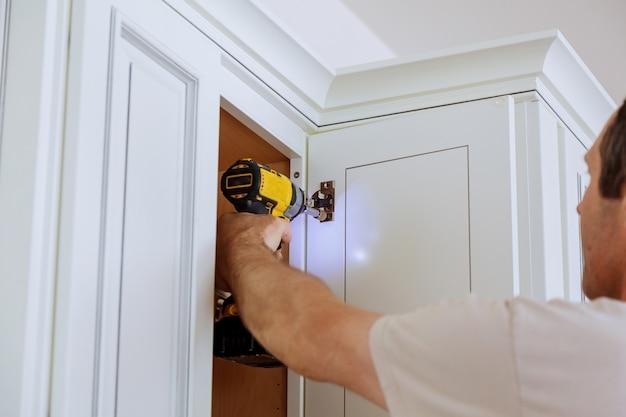 固定扉キッチンキャビネットの調整