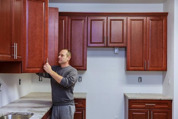 大工は新しいキッチンキャビネットに取り組んで