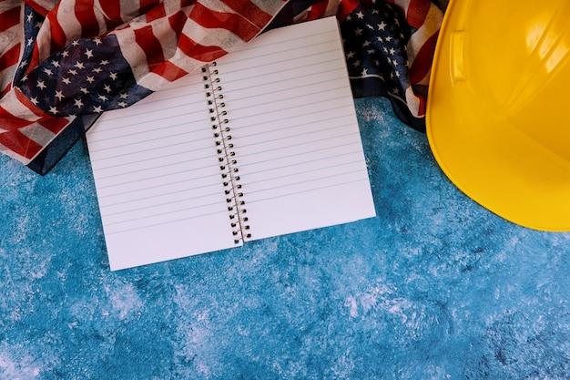 幸せな労働者の日アメリカの愛国心が強いアメリカの国旗と黄色いヘルメット