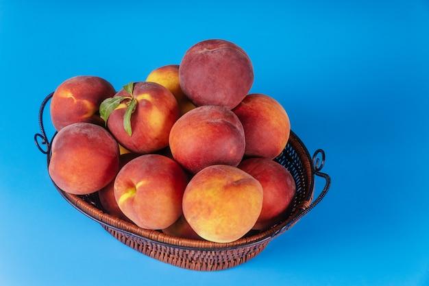 かごの中の桃