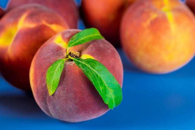 葉とベルベットの桃