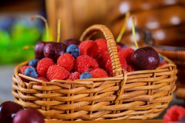 バスケットの新鮮なベリー、ブルーベリー、チェリー、ラズベリーの夏の新鮮な果実の品揃え