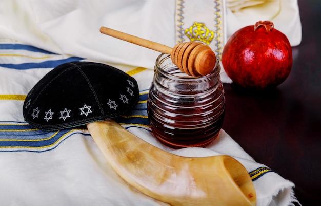 Мед и яблоки на еврейском празднике рош ха-шана тора, кипа ямолка талит
