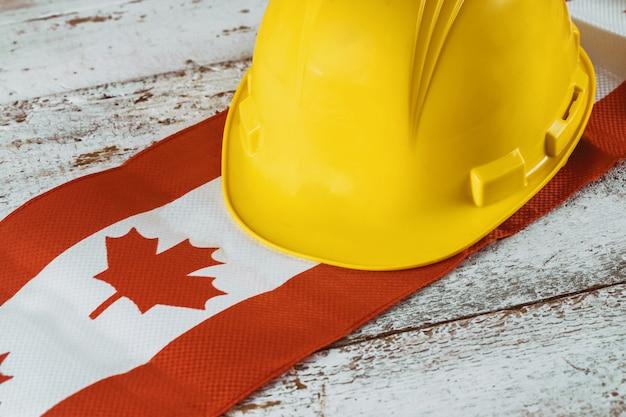 カナダの幸せな労働者の日グリーティングカードと黄色いヘルメット