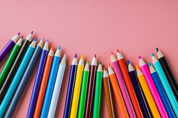Цветные карандаши, изолированные на розовом фоне