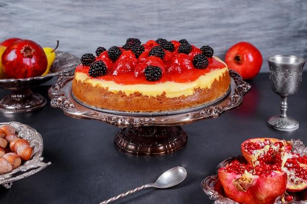 新鮮なベリーで飾られたイチゴのチーズケーキ