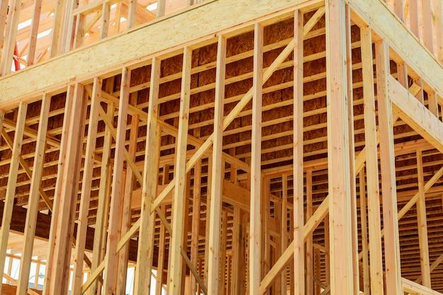 新しい家の建設。木製のトラス、柱、梁のフレームワークで構築します。