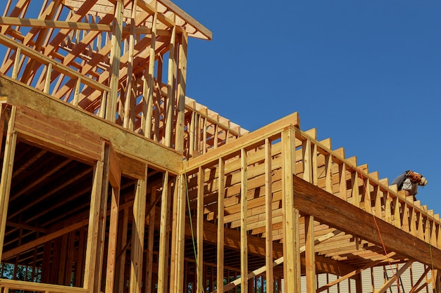 新しい建設木材ホームフレーミング抽象。