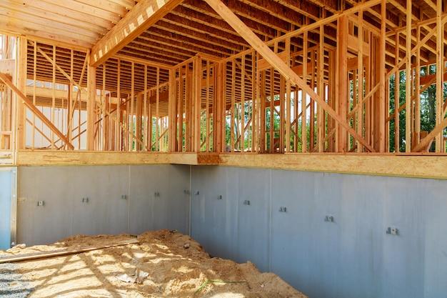 建設中の家は青い空でクローズアップ