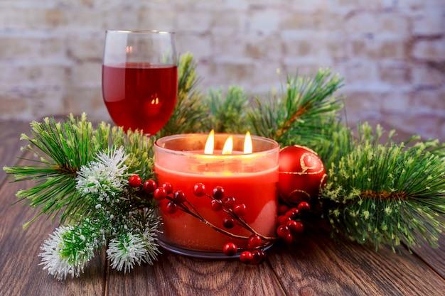 Украшенный рождественский венок со свечой крупным планом на деревянном фоне