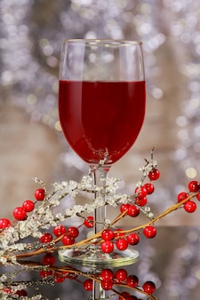 赤ワインと木製の背景に木製のテーブルのクリスマス飾り