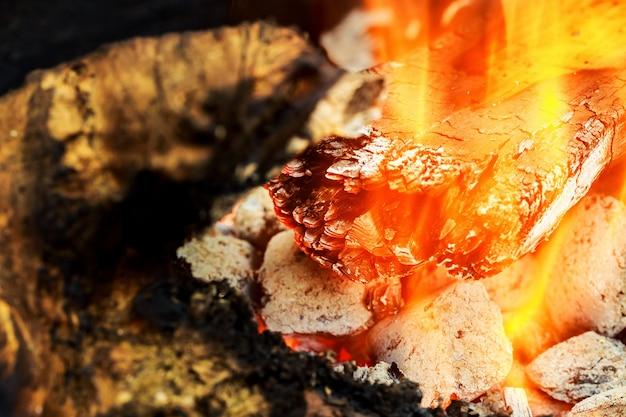 熱い燃える木、石炭のクローズアップ。火炎