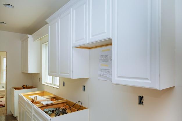 新しいキッチンに設置された改築キッチン改造ビュー