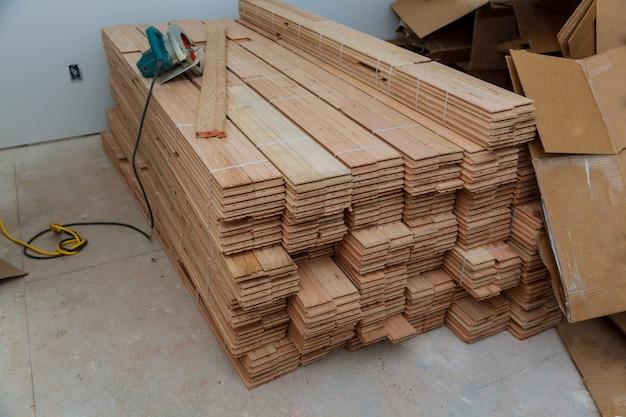変身を行います。製材板。図面を作成します。木からのおがくず。構築ツール。