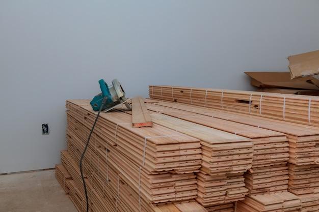 切断用の円形の寄せ木張りの板