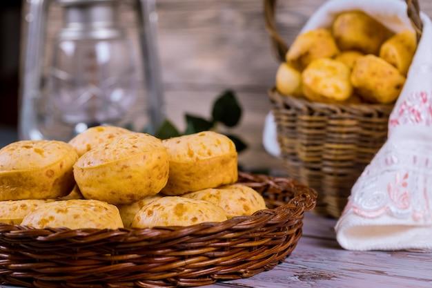 Бразильский сырный хлеб, чипсы в корзине.