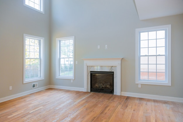 Интерьер нового дома строительство камина в светлой комнате