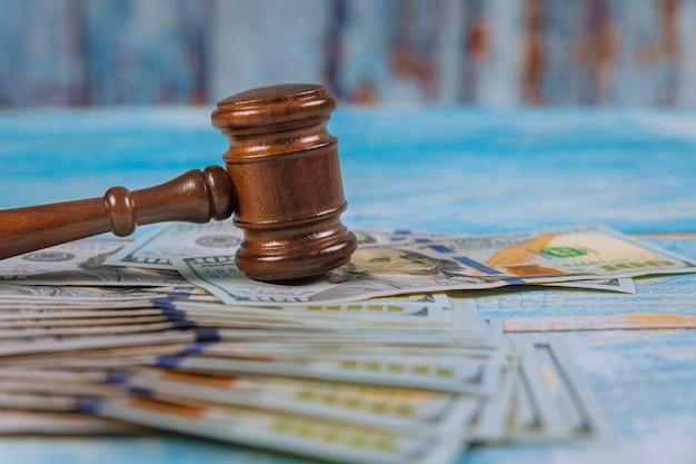 ハンマー裁判官と木製テーブルの上のドルは、汚職、お金金融犯罪を閉じる