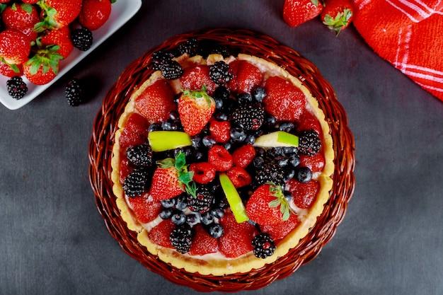 Торт с клубникой, ежевикой и черникой.
