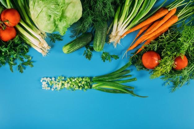 サラダの準備ができて庭の新鮮な野菜。