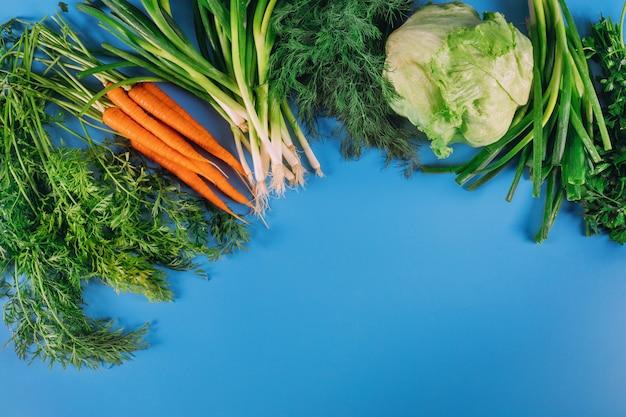 青の背景に庭から新鮮な収穫。
